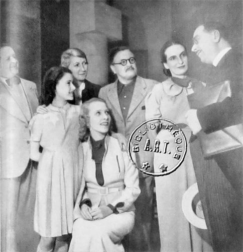 giraudoux-impromptu-de-paris Maurice Castel, la petite Véra Pharès, Raymone, Madeleine Ozeray, Auguste Boverio, Marie-Hélène Dasté et Romain Bouquet-Robineau